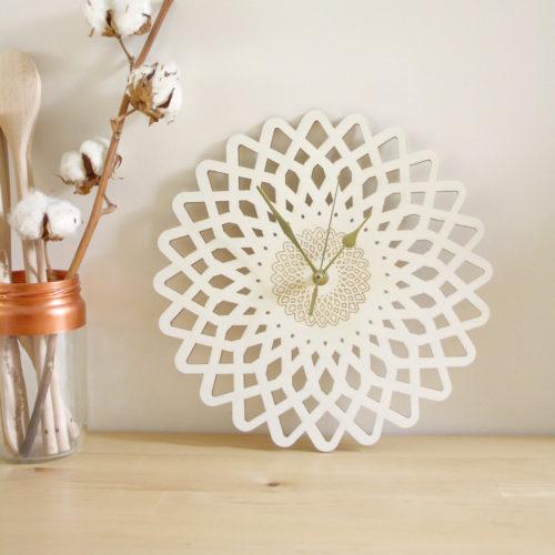 horloge bois fleur géométrique