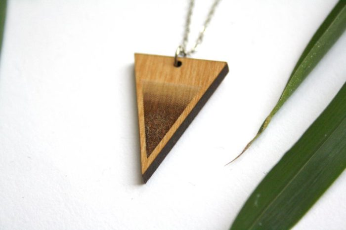 collier bois triangle